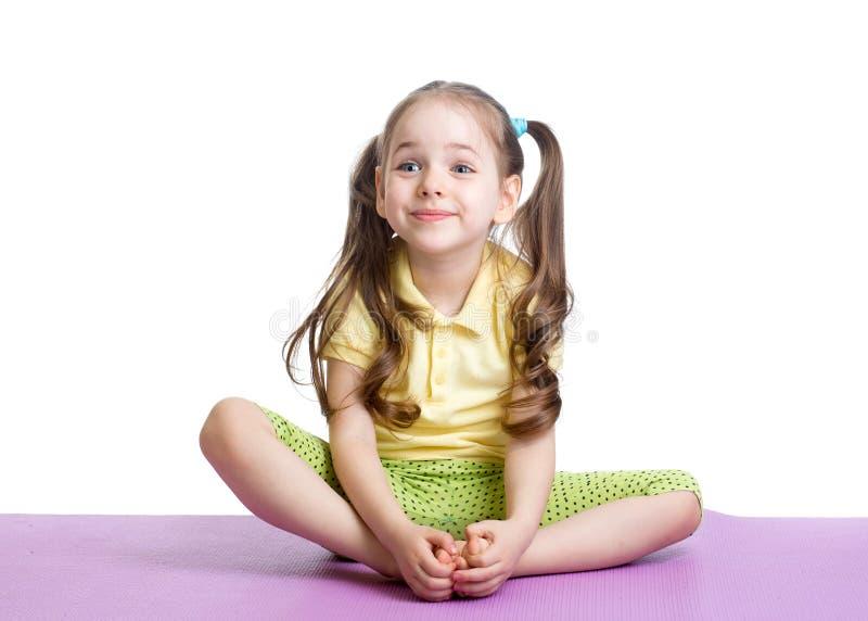 Het meisje die van het jonge geitje geschiktheidsoefeningen doen royalty-vrije stock foto
