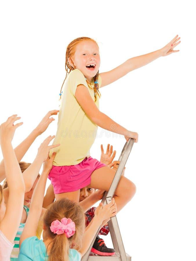 Het meisje die van het leidersconcept bovenop de ladder beklimmen royalty-vrije stock afbeelding