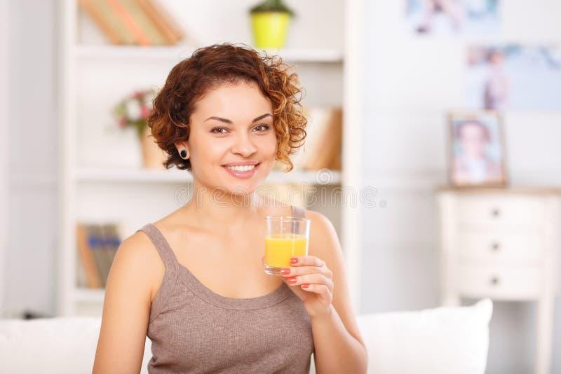 Het meisje die van Nice ontbijt in bed hebben stock afbeelding
