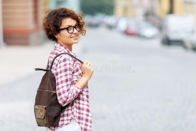 Het meisje die van Nice zich in de straat bevinden stock foto