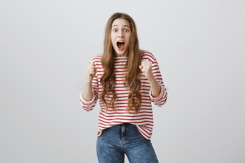 Het meisje is doen schrikken van vriend die van struiken sprong Vrij Europese tiener die zich met opgeheven dichtgeklemde vuisten stock foto