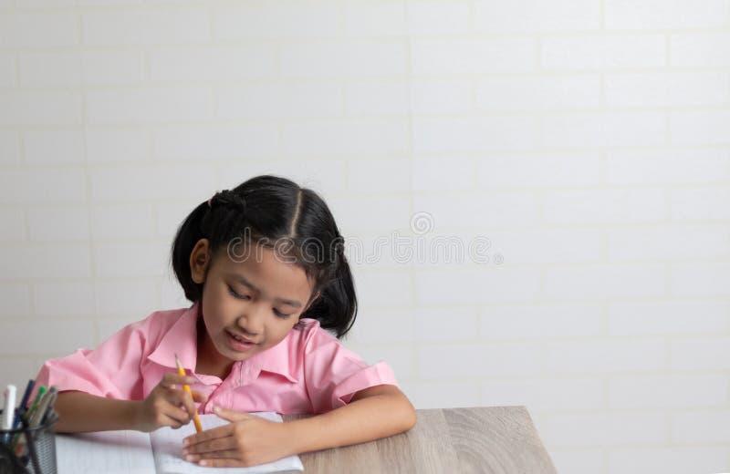 Het meisje doet gelukkig thuiswerk royalty-vrije stock afbeeldingen