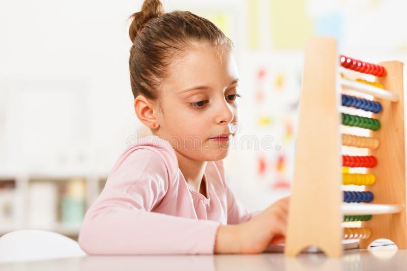 Het meisje doet thuiswerk royalty-vrije stock foto's