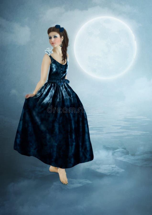 Het meisje in donkerblauwe kleding stock afbeeldingen