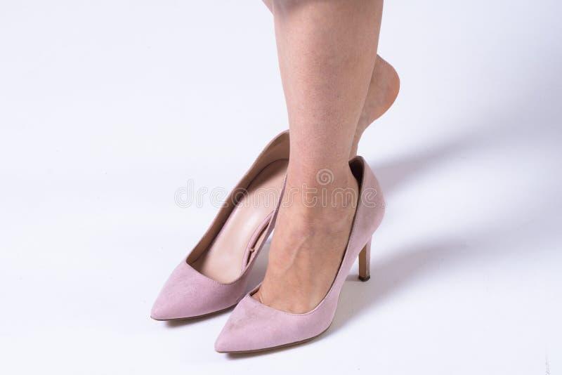 Het meisje draagt roze schoenen: slechts zijn haar benen zichtbaar stock fotografie