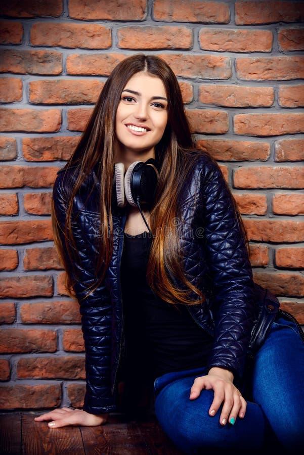Het meisje draagt zwart jasje stock afbeelding
