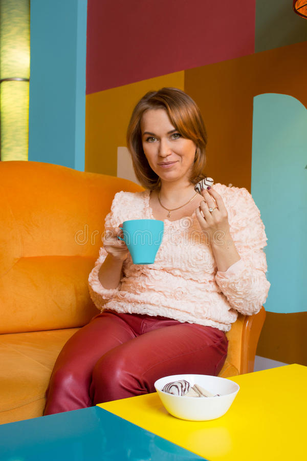 Het meisje drinkt thee stock foto's