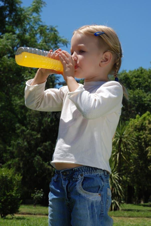 Het meisje drinkt water van een fles stock fotografie