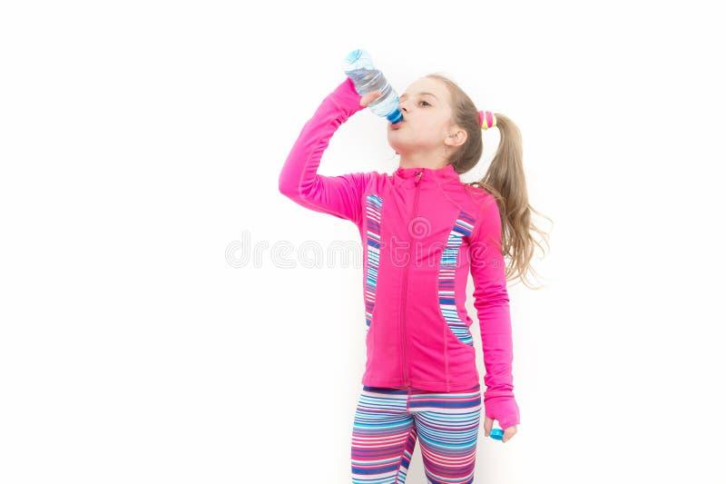 Het meisje drinkt water van fles royalty-vrije stock foto's