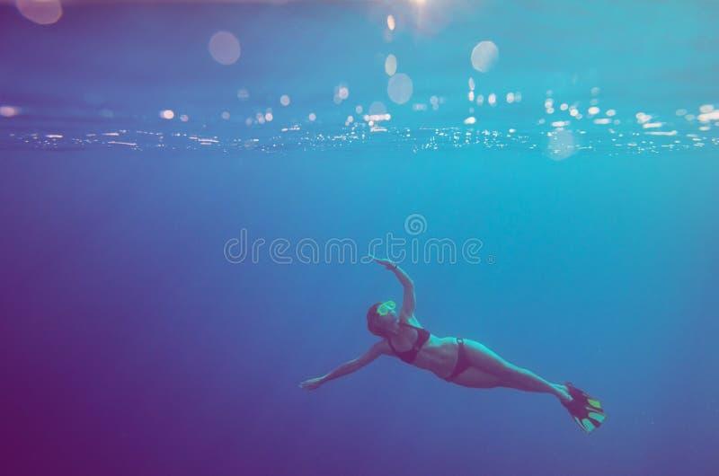 Het meisje duikt onderwater royalty-vrije stock foto's