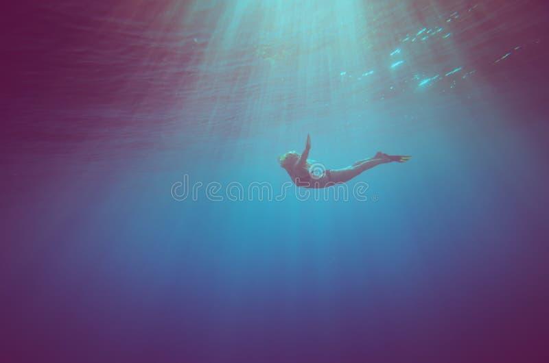 Het meisje duikt onderwater stock foto's
