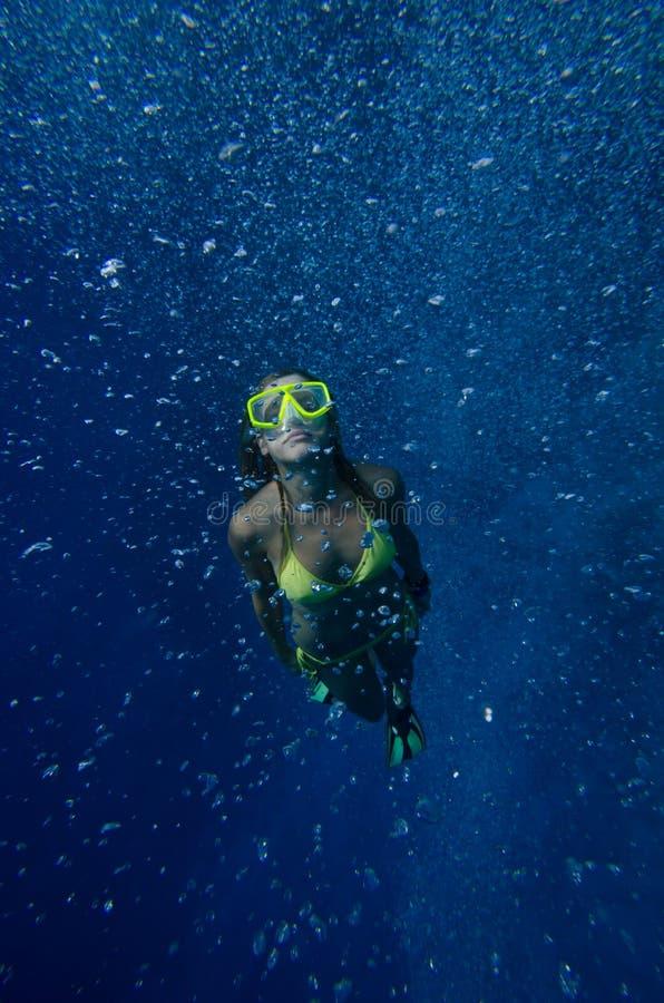 Het meisje duikt onderwater royalty-vrije stock fotografie