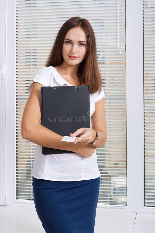 Het meisje een adreskaartje houdt royalty-vrije stock foto