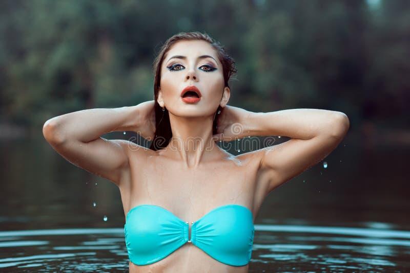 Het meisje in een badpak kwam uit het water te voorschijn royalty-vrije stock afbeeldingen
