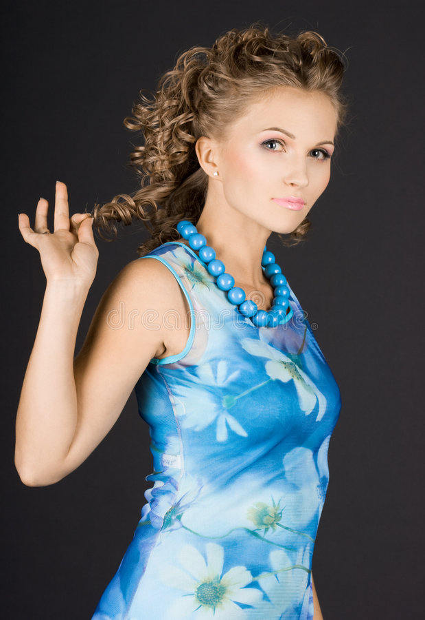 Het meisje is in een blauwe kleding royalty-vrije stock afbeeldingen