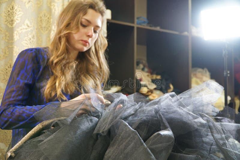 Het meisje is een naaister die in een naaiende workshop werken royalty-vrije stock fotografie