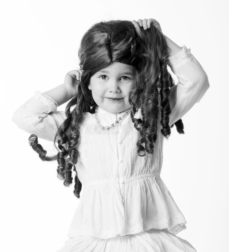 Het meisje in een pruik royalty-vrije stock afbeelding