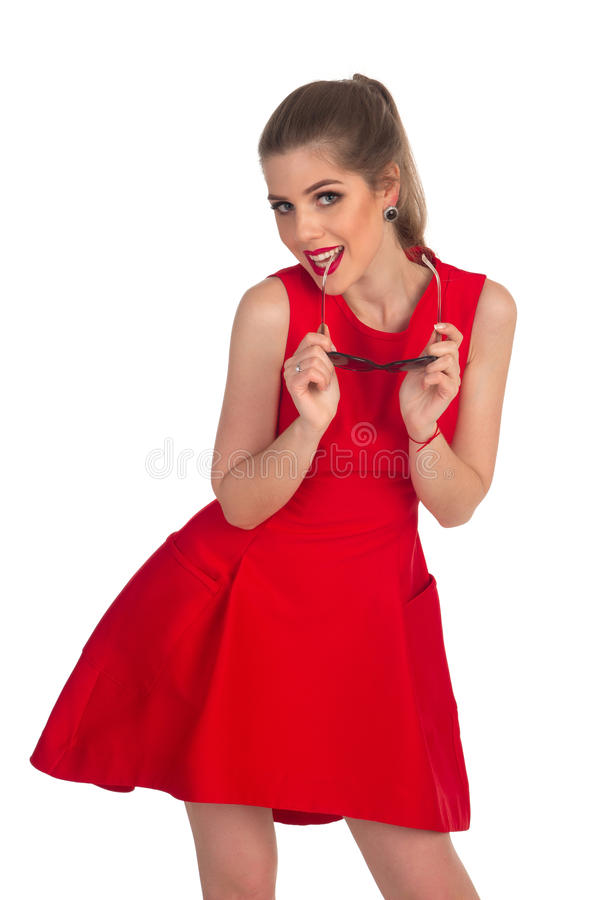 Het meisje in een rode kleding stelt royalty-vrije stock afbeeldingen