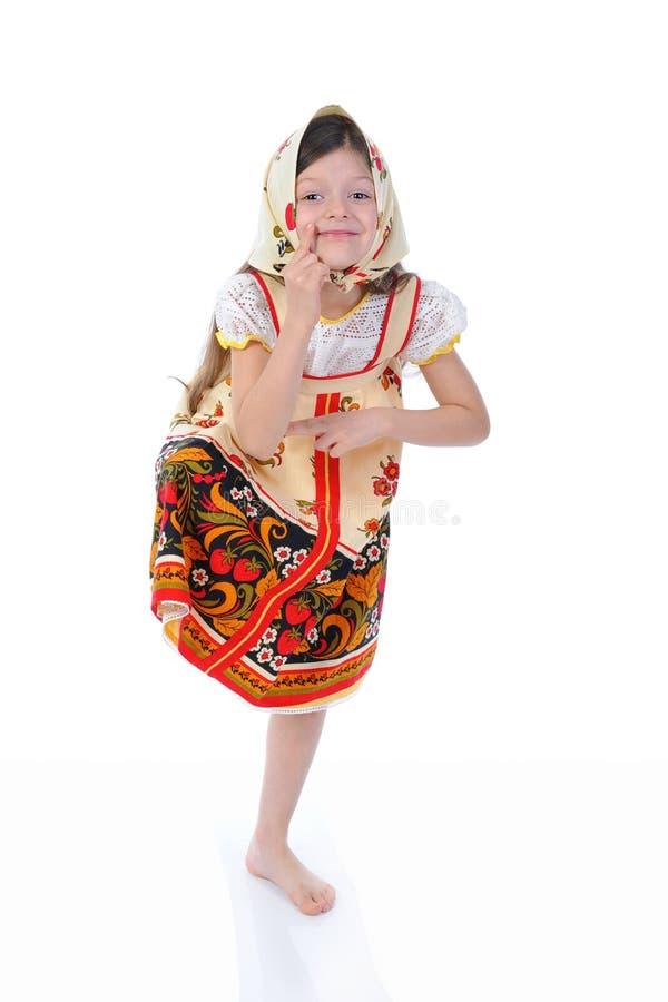 Het meisje in een sjaal danst stock foto's
