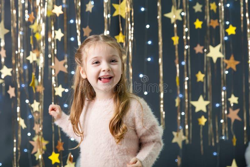 Het meisje in een studio met een goud speelt decor mee royalty-vrije stock fotografie