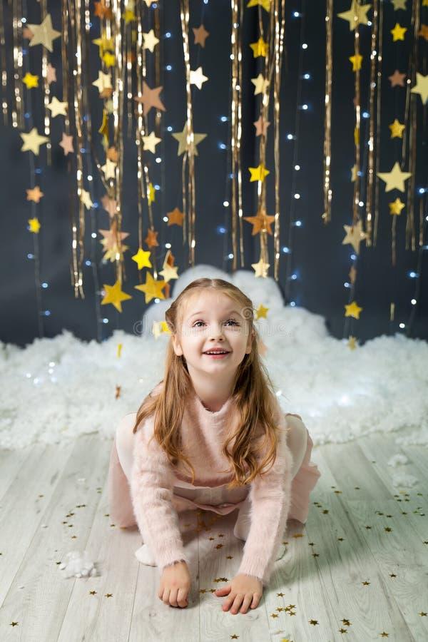 Het meisje in een studio met een goud speelt decor mee royalty-vrije stock foto