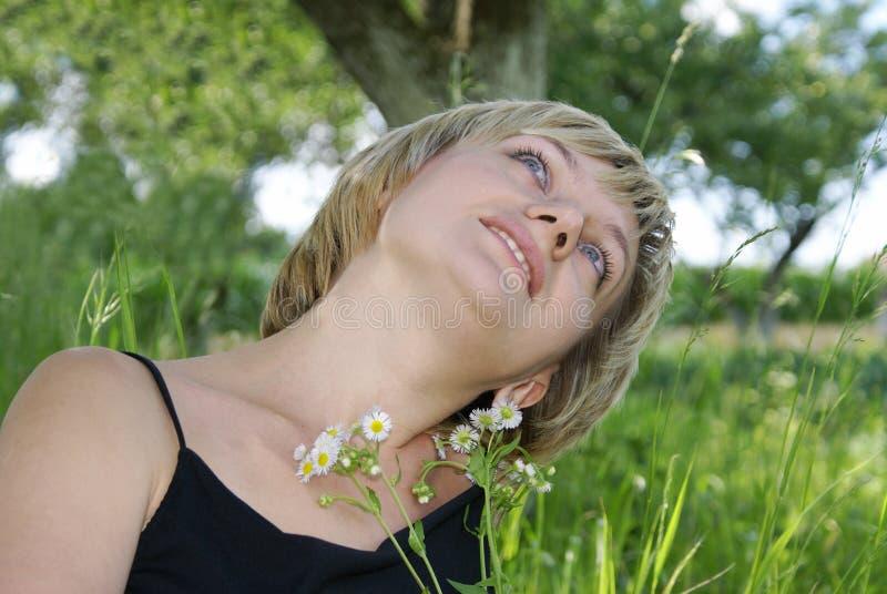 Het meisje in een tuin stock afbeeldingen