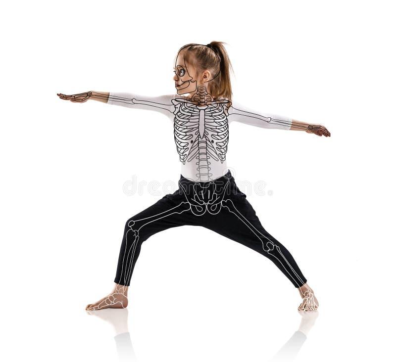 Het meisje in een yoga stelt met tekeningsskelet royalty-vrije stock afbeelding