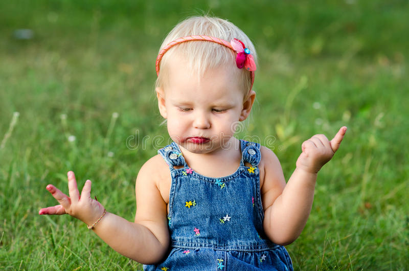 Het meisje eet braambes stock afbeeldingen