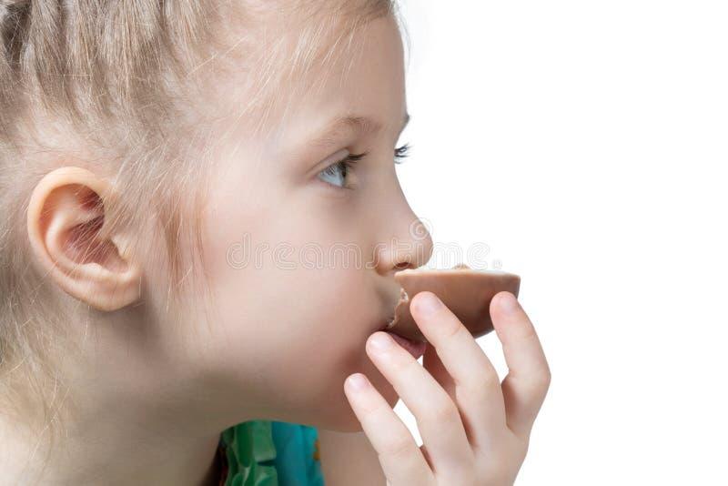 Het meisje eet chocolade stock afbeeldingen