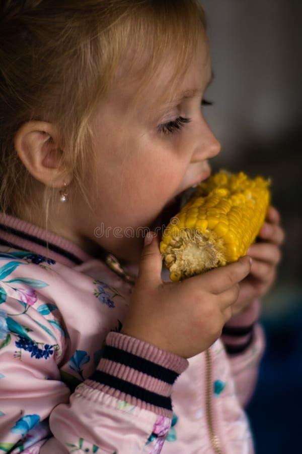 Het meisje eet een gekookt graan royalty-vrije stock foto