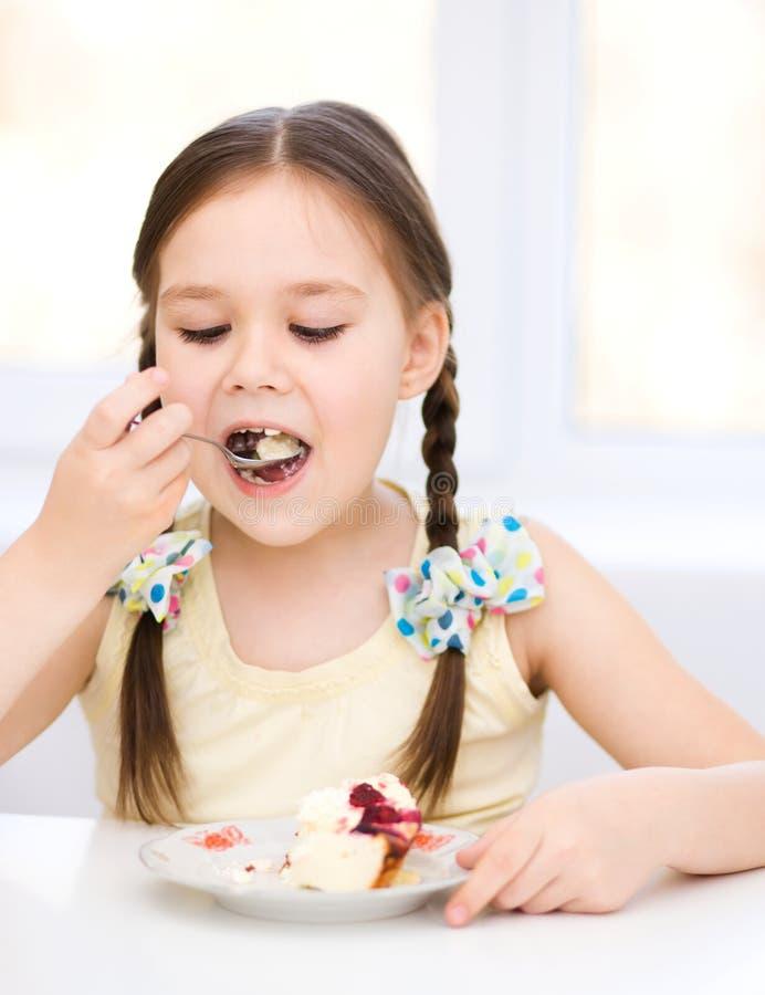 Het meisje eet roomijs royalty-vrije stock afbeeldingen