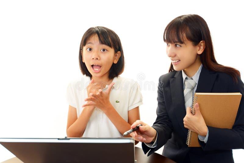 Het meisje en de leraar van de school stock afbeeldingen