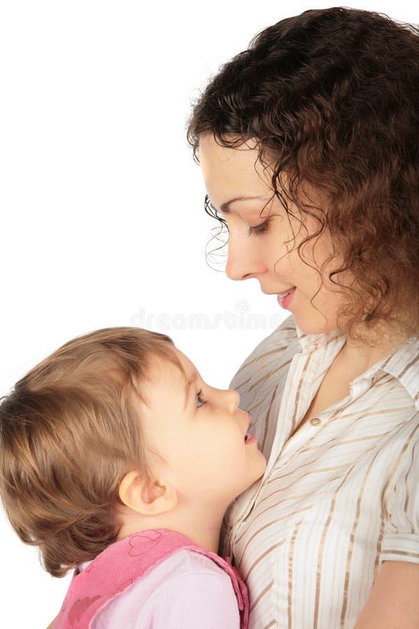 Het meisje en de moeder bekeken elkaar stock afbeelding