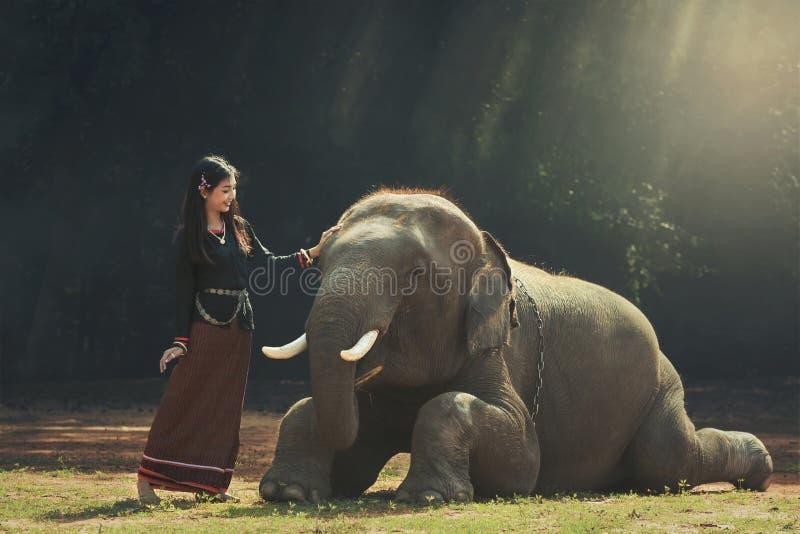 Het meisje en de olifant stock afbeeldingen