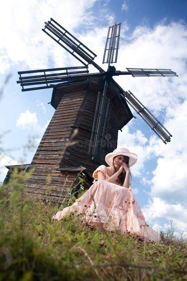 Het meisje en een molen stock afbeelding