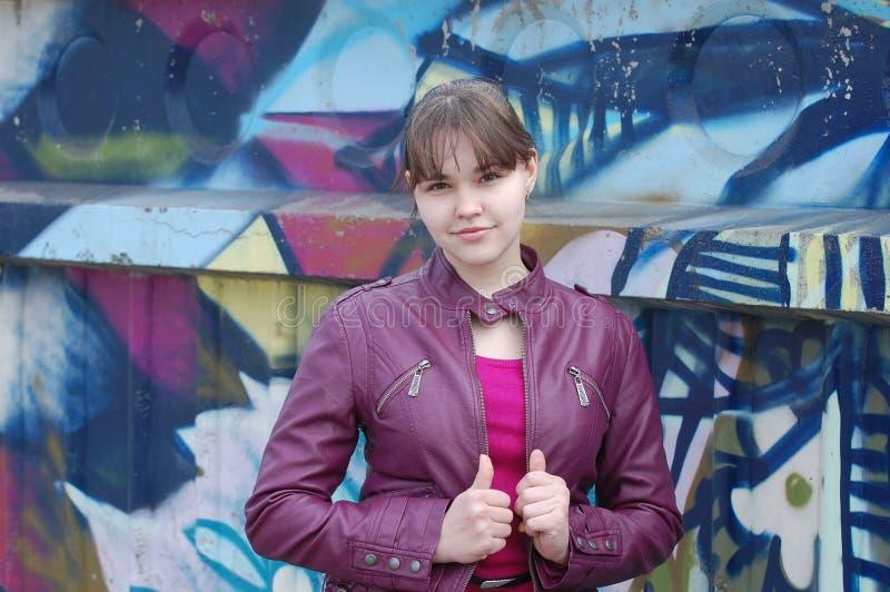 Het meisje en graffiti van de tiener stock foto's