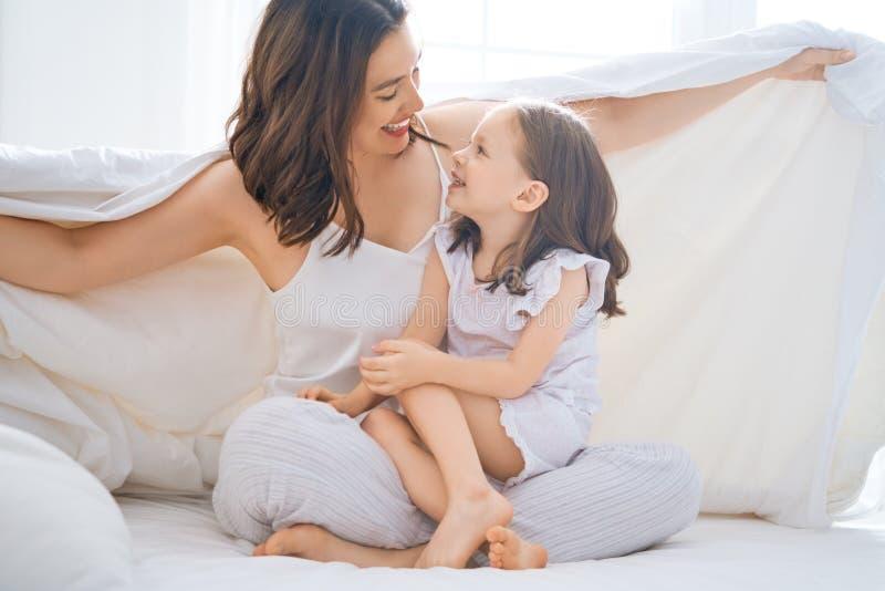 Het meisje en haar moeder genieten van zonnige ochtend stock foto