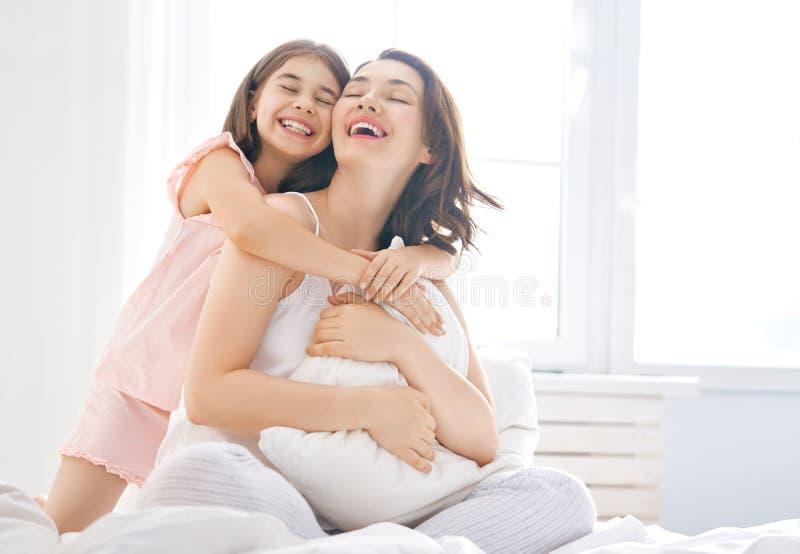 Het meisje en haar moeder genieten van zonnige ochtend royalty-vrije stock foto's