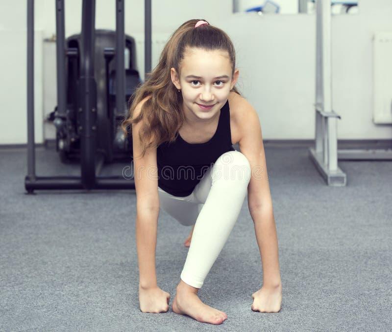 Het meisje gaat binnen voor sporten stock foto's