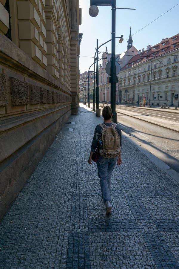 Het meisje gaat op de bestrating in de ochtendstad royalty-vrije stock fotografie