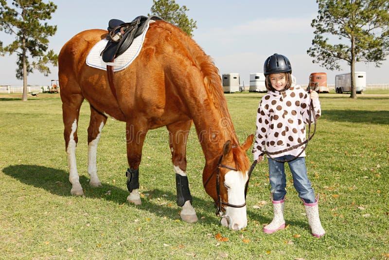 Het meisje gaat paardrijden royalty-vrije stock fotografie