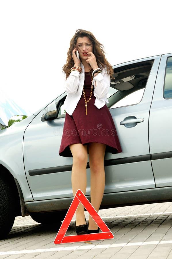 Het meisje gebeurde een verkeersongeval stock afbeeldingen