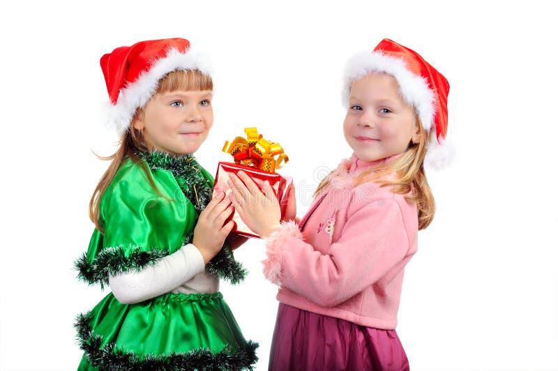 Het meisje geeft aan het meisje een gift stock afbeeldingen