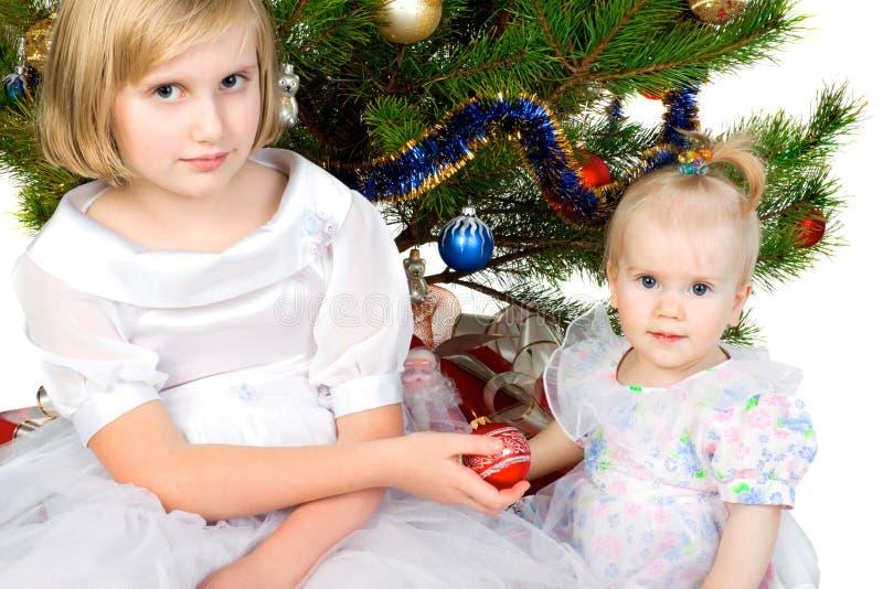 Het meisje geeft Kerstmisbal royalty-vrije stock foto's