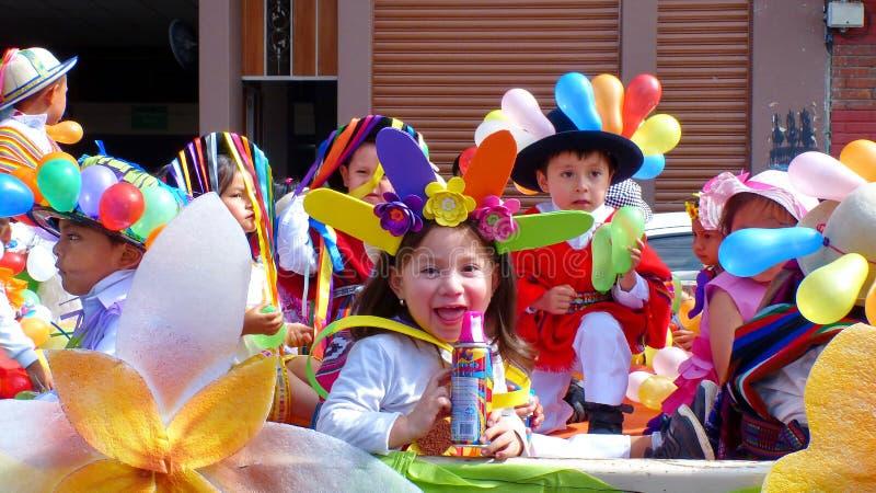 Het meisje gekleed in Carnaval-kostuum met kan van nevel stock foto