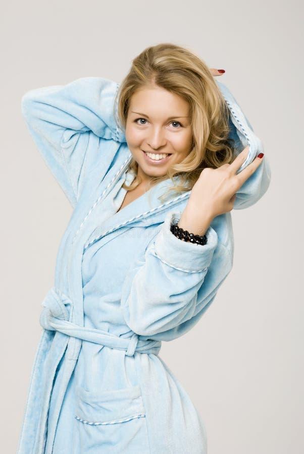 Het meisje is gekleed in een blauw stock foto