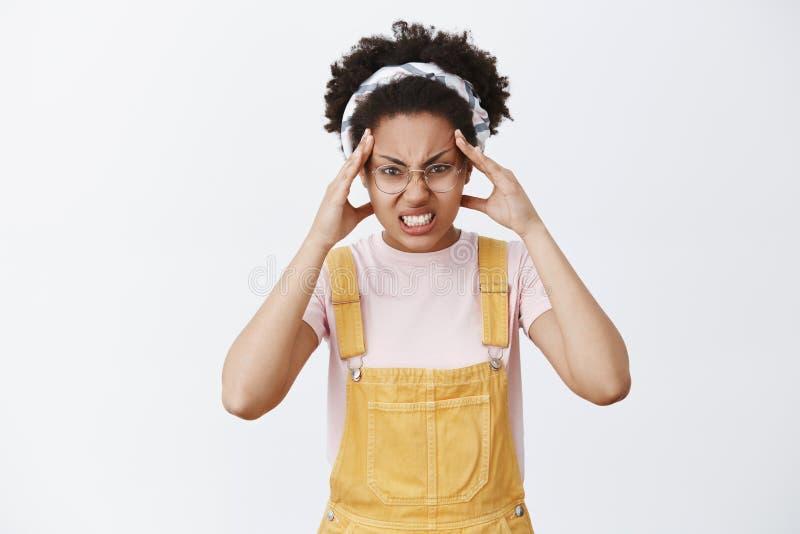 Het meisje gelooft zij voorwerp met macht van mening kan bewegen Portret van grappig en boos leuk wijfje in grove calico's, hoofd stock fotografie