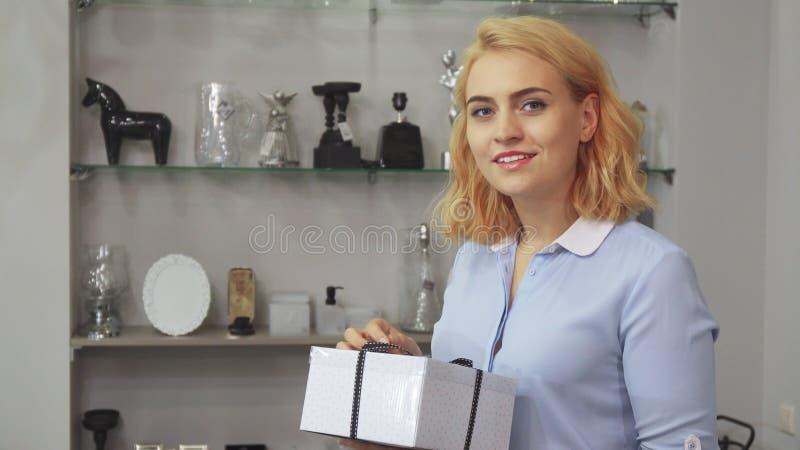 Het meisje is gelukkig met haar aankoop royalty-vrije stock foto's
