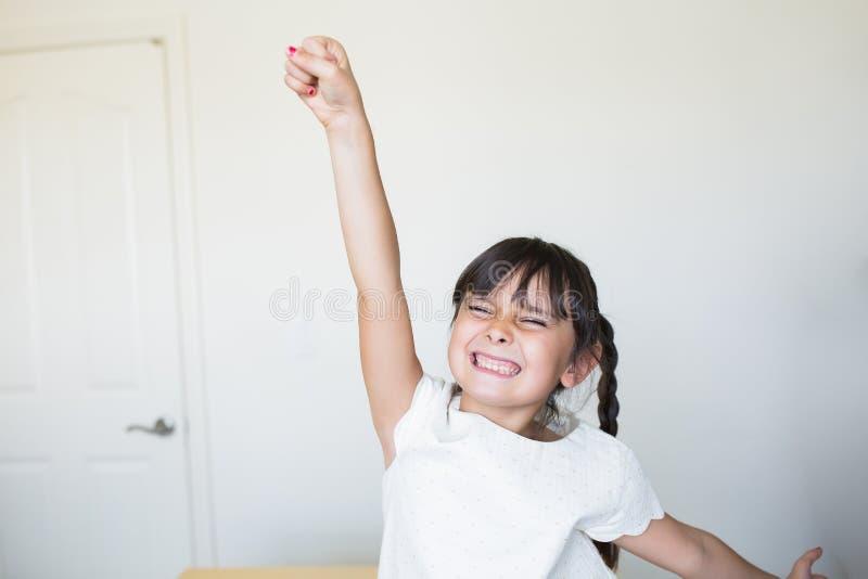Het meisje is gelukkig met open wapens royalty-vrije stock afbeeldingen