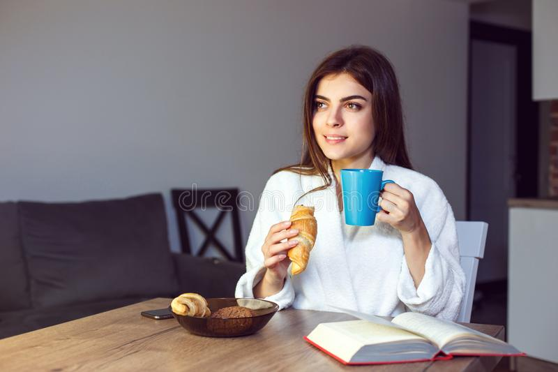 Het meisje geniet Koffie van Tijd royalty-vrije stock foto